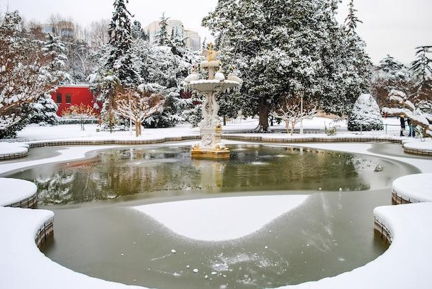 Domabache palace otwarty dla zwiedzających podczas świąt bożego narodzenia.