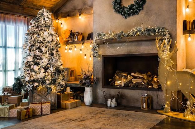 Domek górski ze świąteczną dekoracją, kominek we wnętrzu pokoju