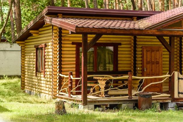 Domek leśny nad jeziorem do wynajęcia na wakacje w dziczy