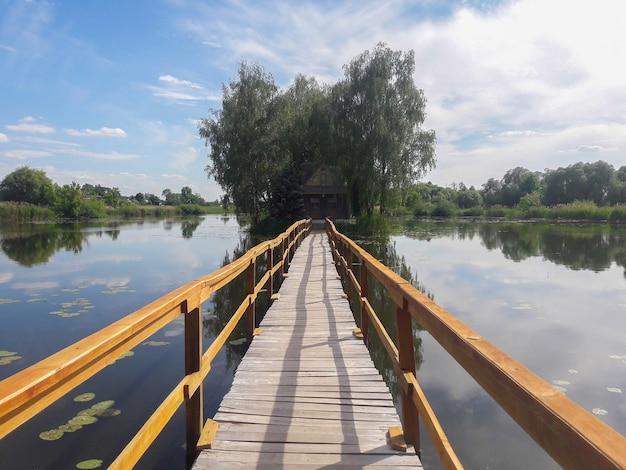 Domek letniskowy na wyspie na środku jeziora i most do niego