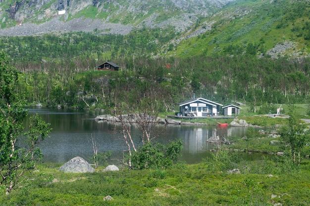 Domek letniskowy nad jeziorem w górach, szwecja
