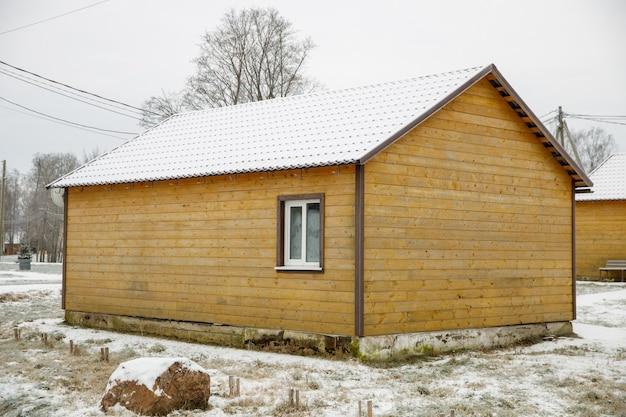 Domek na drzewie we wsi zimą