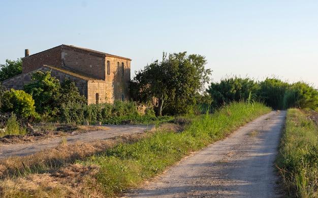 Domek na wsi o zachodzie słońca