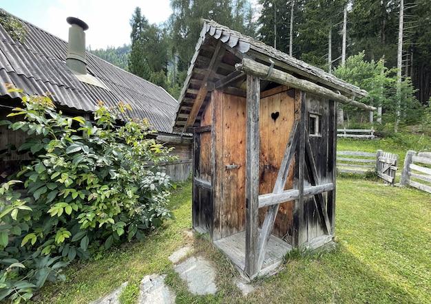 Domek w górach nad jeziorem w austriackich alpach w austrii