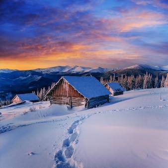 Domek w zaśnieżonych górach