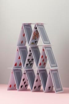 Domek z kart na białym tle