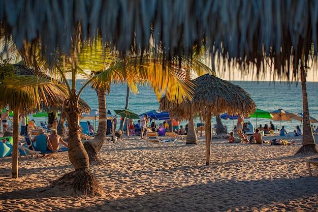 Dominicus, dominikana 6 lutego 2020: ludzie na plaży dominicus o zachodzie słońca