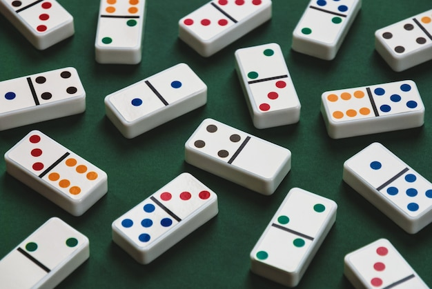 Dominos na zielonym stole