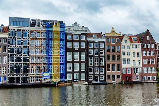 Domki na wodzie. piękny krajobraz miasta.