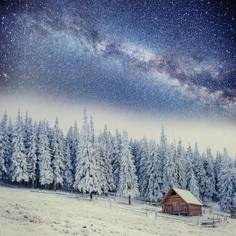 Domki w górach w nocy pod gwiazdami