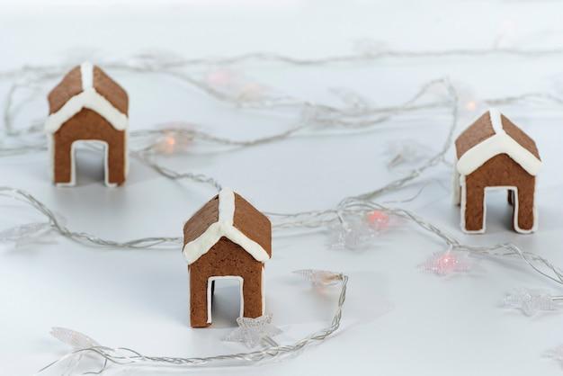 Domki z piernika na filiżankę i girlandy. świąteczne wypieki.