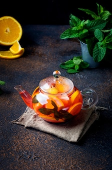 Domowa aromatyzowana herbata owocowa z plasterkiem pomarańczy i cytryny