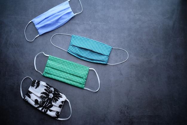 Domowa bawełniana maska do zapobiegania wirusom na szarym tle