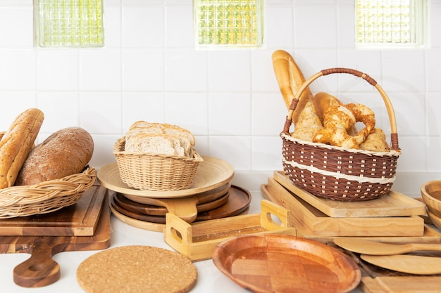 Domowa bułka chlebowa wykonana na drewnianym naczyniu kuchennym do piekarni spożywczej