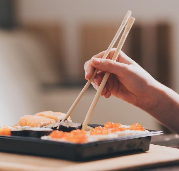 Domowa dostawa jedzenia, sushi i bułki