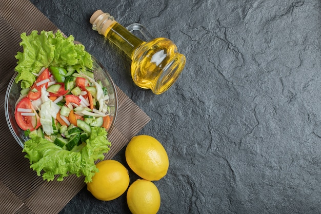 Domowa, ekologiczna świeża sałatka na stole na obiad. wysokiej jakości zdjęcie