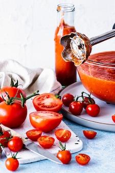Domowa fotografia kulinarna z sosem pomidorowym marinara