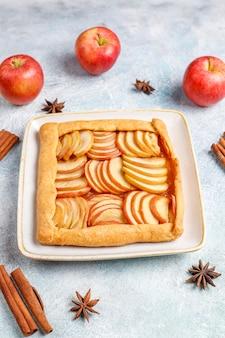 Domowa galette z jabłkami i cynamonem