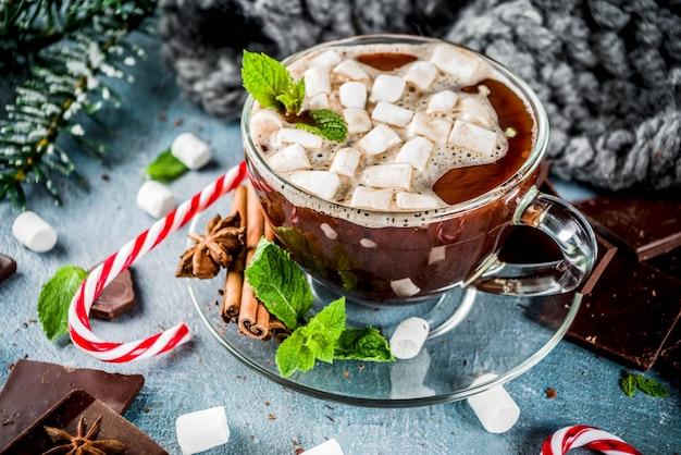 Domowa gorąca czekolada z miętą, laską cukrową i pianką