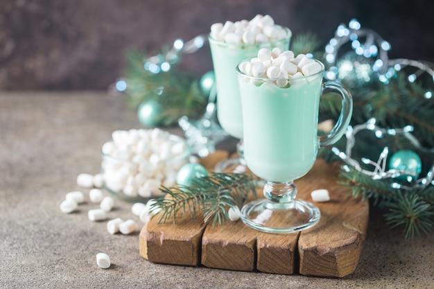 Domowa gorąca czekolada z miętą pieprzową z piankami na boże narodzenie