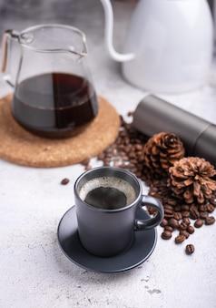 Domowa gorąca świeża kawa rano w domu. parzenie kroplowe, kawa filtrowana lub przelewowa.