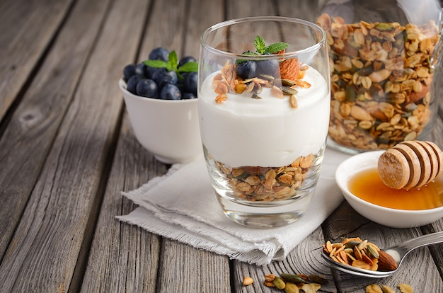 Domowa granola z jogurtem i świeżymi jagodami