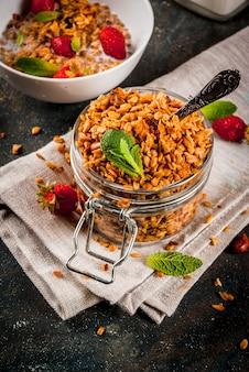 Domowa granola z mieszanki płatków z truskawkami