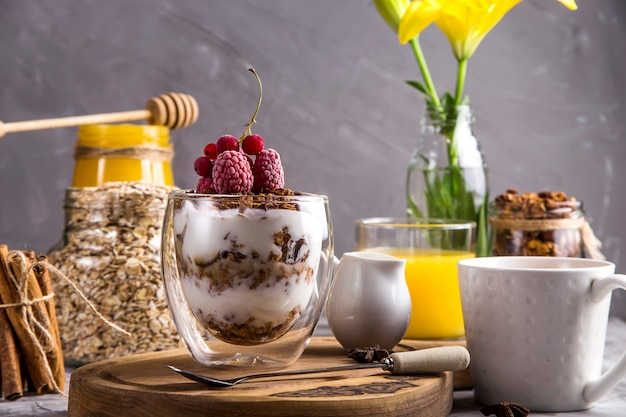 Domowa granola z orzechami i suszonymi owocami i czekoladą na śniadanie