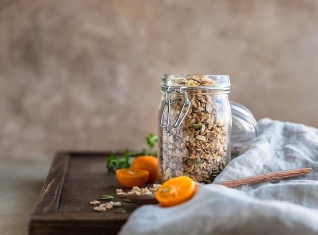 Domowa granola z pestkami dyni w szklanym słoiku suche płatki śniadaniowe koncept śniadaniowy