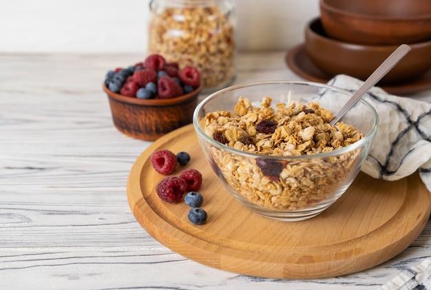 Domowa granola z rodzynkami, orzechami i jagodami w szklanej misce