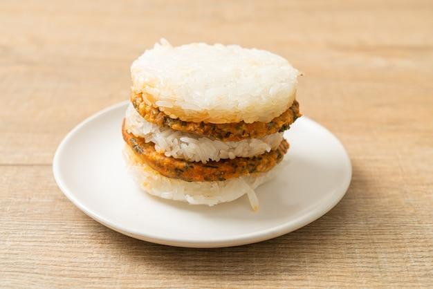 Domowa grillowana wieprzowina na ostro i ziołach z lepkim burgerem ryżowym