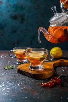 Domowa herbata owocowo-jagodowa z miętą.