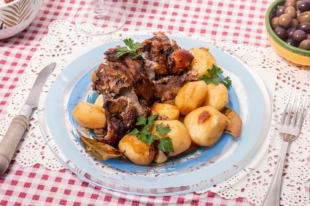 Domowa jagnięcina pieczona z ziemniakami