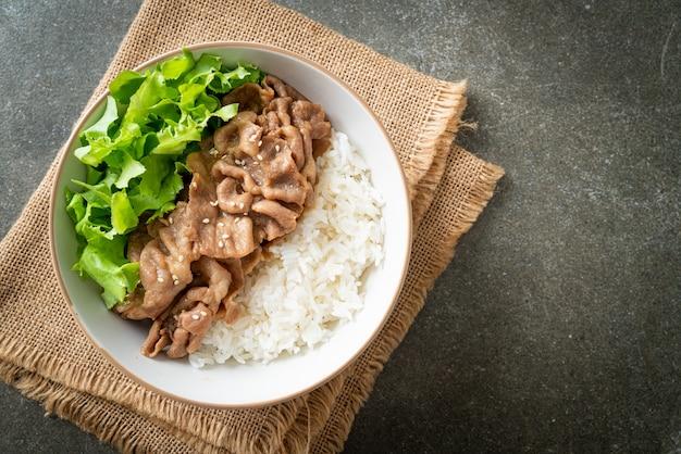 Domowa japońska wieprzowina miska ryżu donburi