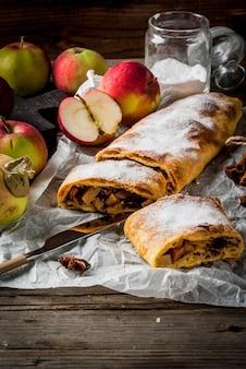 Domowa jesień, letnie wypieki, ciasta francuskie. strudel jabłkowy z orzechami, rodzynkami, cynamonem i cukrem pudrem