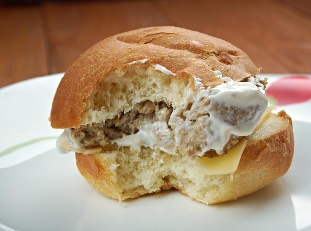 Domowa kanapka filet-o-fish z bliska