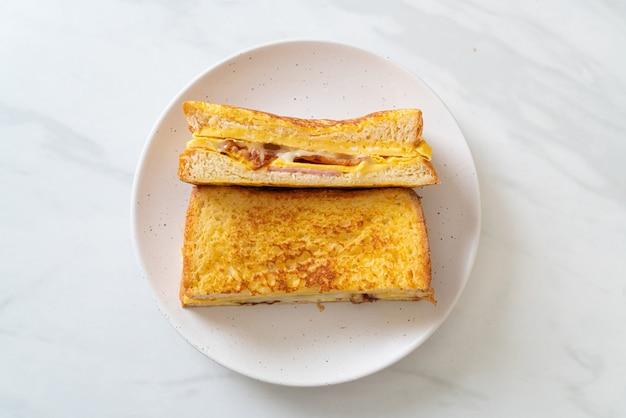 Domowa kanapka z szynką francuską z bekonem i jajkiem