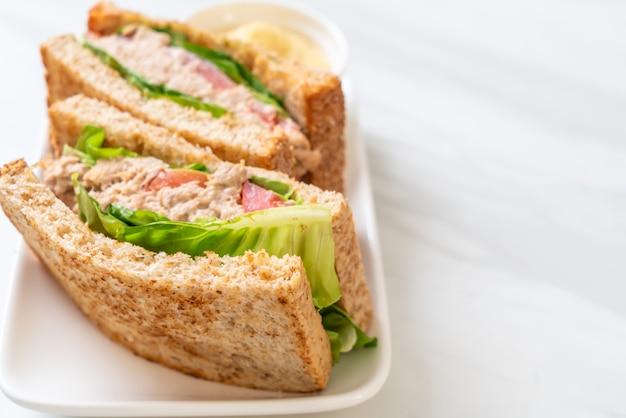 Domowa kanapka z tuńczykiem