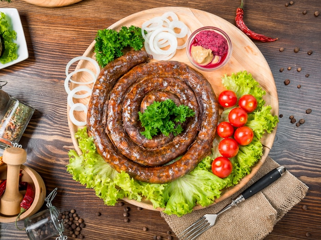 Domowa kiełbasa smażona, smaczne i zdrowe jedzenie