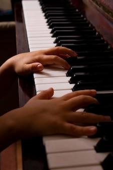 Domowa lekcja na temat koncepcji muzyki fortepianowej w trybie offline