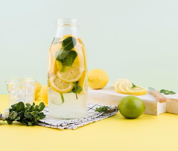 Domowa lemoniada gotowa do podania