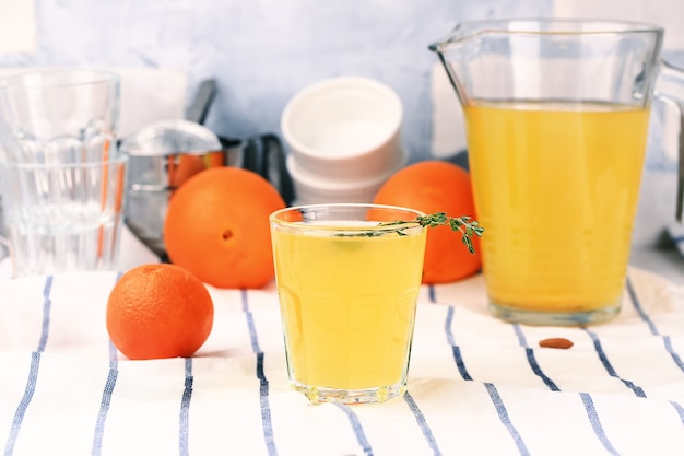 Domowa lemoniada pomarańcze, mandarynki, rodzynki, kminek, suszone morele, miód