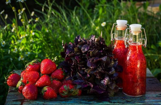 Domowa lemoniada truskawkowa i bazylia
