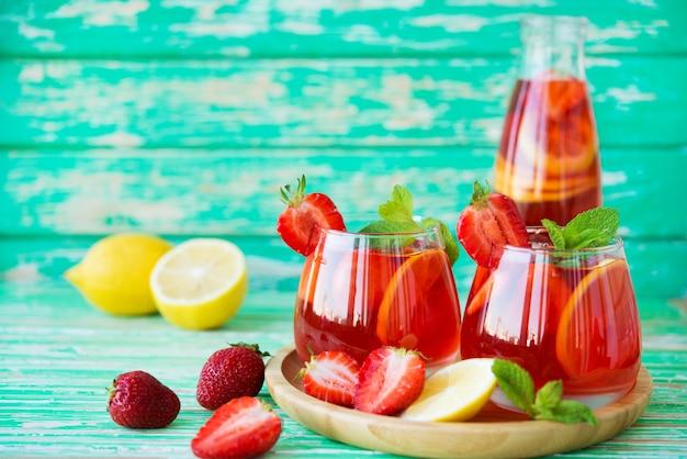 Domowa lemoniada truskawkowa na rustykalnym tle, orzeźwiający letni napój, selektywne skupienie, kopia przestrzeń