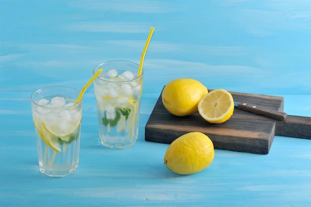 Domowa lemoniada z cytryny, mięty, lodu i wody w szklankach