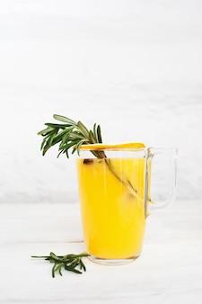 Domowa lemoniada z sokiem pomarańczowym i rozmarynem.