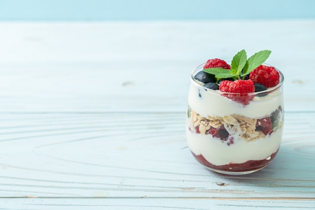 Domowa malina i borówka z jogurtem i muesli - styl zdrowej żywności