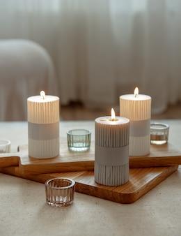 Domowa martwa natura z płonącymi świecami jako detalami wystroju domu.