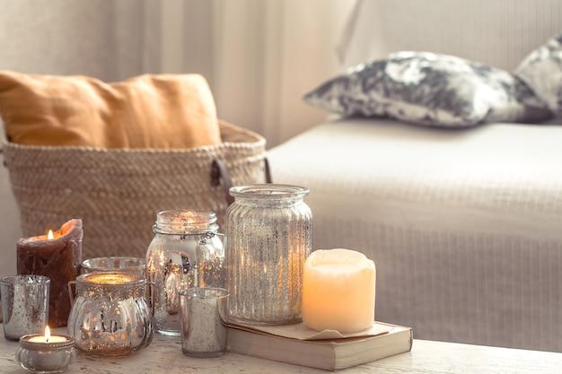Domowa martwa natura ze świecami i wazonem w salonie