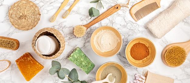 Domowa maseczka do twarzy z glinki. zero waste przyjazne dla środowiska składniki kosmetyków do majsterkowania na jasnej ścianie, płasko ułożone, widok z góry